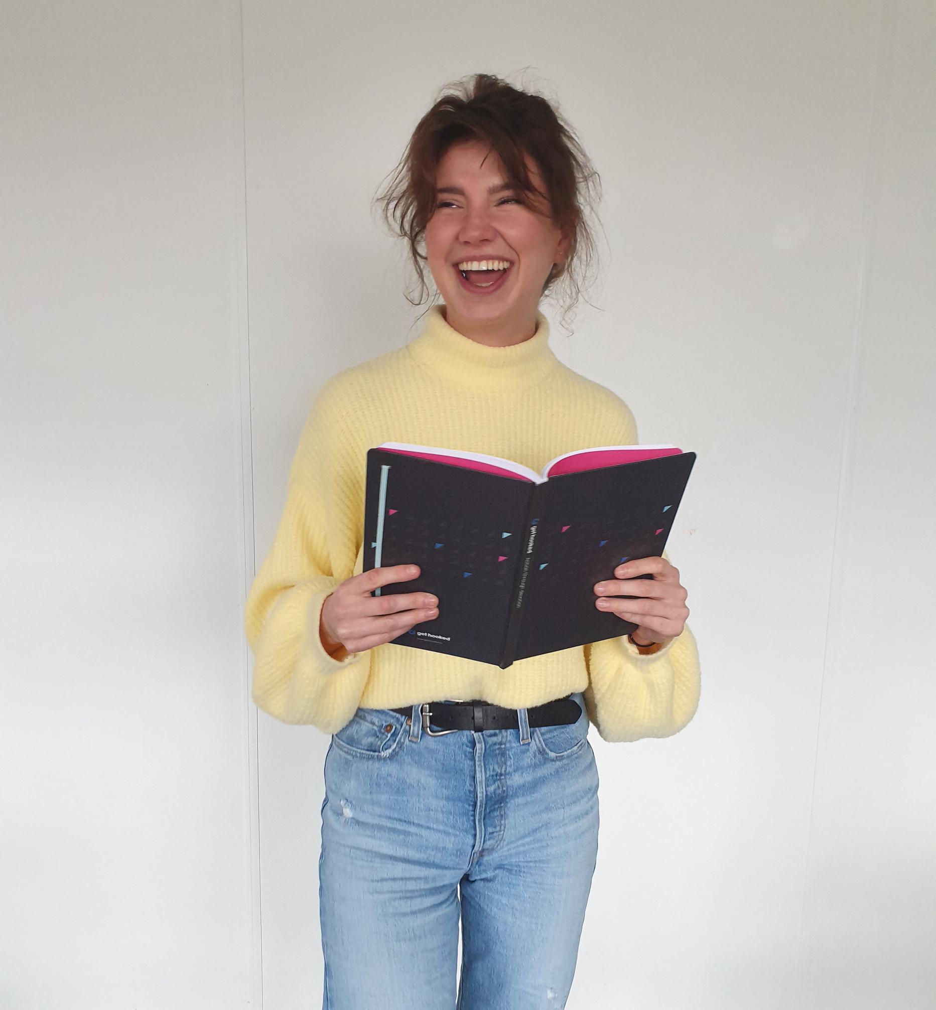 Hannah Fransen met boek
