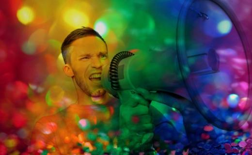 Man met megafoon filter van regenboog kleuren